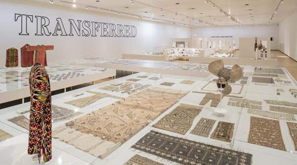 Vue de l'accrochage de l'exposition « Seth Siegelaub: Beyond Conceptual Art », Stedelijk Museum, Amsterdam,  12 décembre 2015 - 17 avril 2016. Avec l'aimable autorisation de Marion Benoît